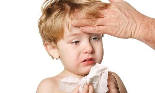 Trẻ bị viêm phổi sẽ có các biểu hiện như sốt cao, rét run, suy hô hấp...ảnh hưởng tới sức khỏe của trẻ