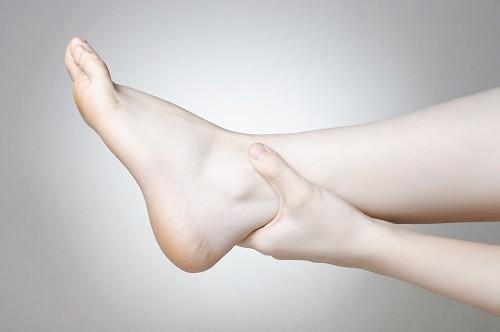 Tắc nghẽn ở thận có thể khiến một số bộ phận của cơ thể bị tích nước và sưng lên, chẳng hạn như bàn chân, mắt cá chân hoặc bàn tay.