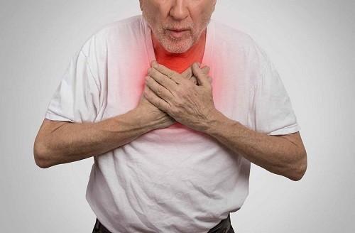 Các triệu chứng sớm của tràn dịch màng ngoài tim là khó thở, ngay cả khi nằm xuống.