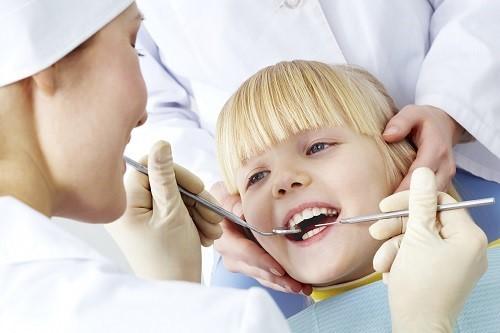 Tốt nhất cha mẹ vẫn nên đưa trẻ tới bệnh viện để kiểm tra xác định nguyên nhân gây đau răng và có biện pháp điều tri phù hợp.