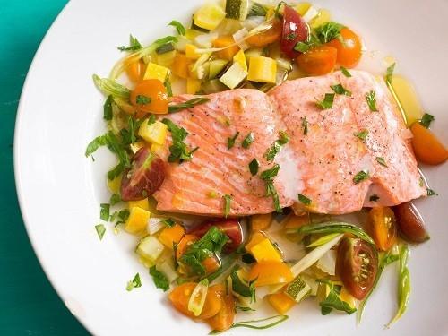 Các loại cá giàu axit béo omega - 3 là cá hồi, cá mòi, cá thu, cá bơn, cá trích...