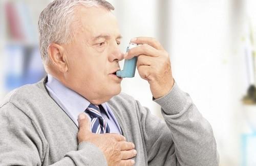 Người cao tuổi cần tuân thủ theo đúng đơn thuốc chỉ định của bác sĩ nhằm cải thiện sớm bệnh hen phế quản