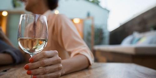 Một trong những triệu chứng chính của bệnh gan do rượu là khô miệng.