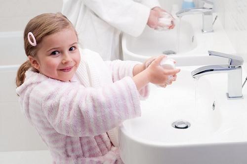 Trẻ cần giữ vệ sinh tay, chân và cá nhân sạch sẽ nhằm phòng tránh các mầm bệnh ngoài môi trường ảnh hưởng