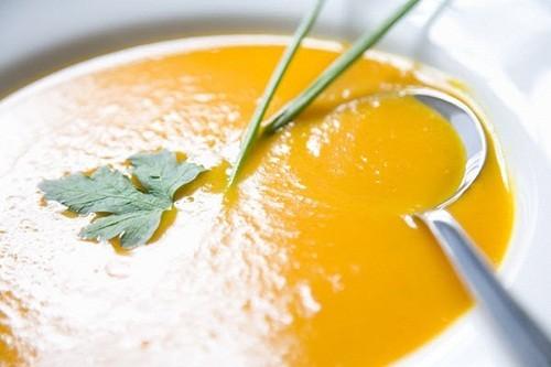 Cần tránh các loại đồ ăn quá nóng hoặc quá lạnh, khó nhai, có nhiều hạt nhỏ. Hãy chọn thức ăn mềm, dễ tiêu hóa như cháo, súp, nước canh...