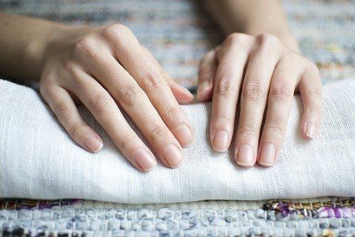 Móng tay có sự thay đổi bất thường về màu sắc, kích cỡ, độ dày, đó là những dấu hiệu báo trước về sức khỏe, trong đó có các vấn đề về thận.
