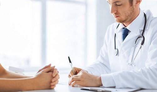 Tốt nhất hãy gặp bác sĩ để được kiểm tra và chẩn đoán chính xác nếu bạn nhận thấy có những thay đổi ở móng tay.