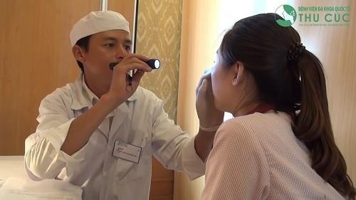 Các triệu chứng của một vách ngăn lệch bao gồm chảy máu mũi, khó thở, nghẹt mũi, viêm xoang tái phát và ngáy khi ngủ.