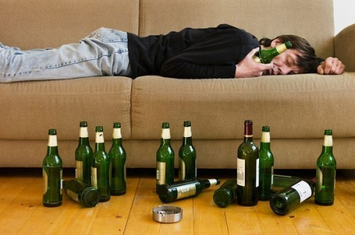 Những người có thói quen nghiện rượu bia, thuốc lá, thức khuya...cũng làm gia tăng nguy cơ mắc bệnh lao phổi