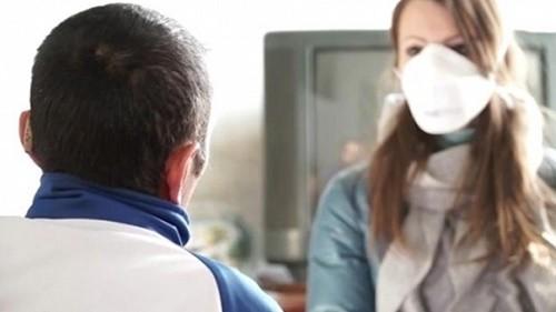 Để phòng ngừa nguy cơ mắc bệnh lao phổi, cần đeo khẩu trang khi tiếp xúc với người bệnh và tới những nơi đông người
