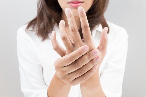 Việc dây thần kinh bị đè nén quá lâu là một trong những nguyên nhân thường gặp nhất gây ngứa ran ở ngón tay, bàn tay.