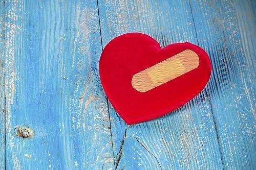 Tràn dịch màng tim lượng lớn có thể gây chèn ép lên tim, làm suy yếu chức năng tim, có thể gây đe dọa tính mạng nếu không điều trị thích hợp.