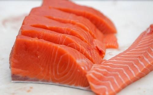 Cá chứa chứa axit béo omega-3 có khả năng hạn chế nguy cơ thoái hóa điểm vàng, bệnh tăng nhãn áp và hội chứng khô mắt.