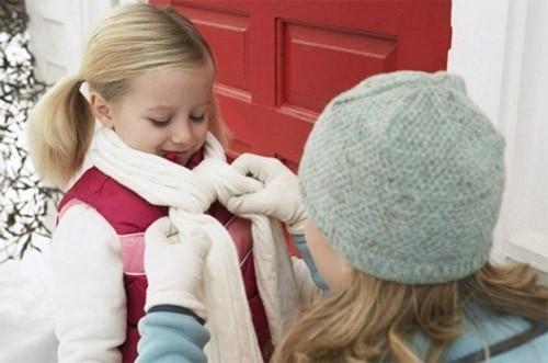 Để phòng bệnh viêm phổi cho trẻ cần bảo vệ bé, giữ ấm cơ thể khi thời tiết chuyển mùa