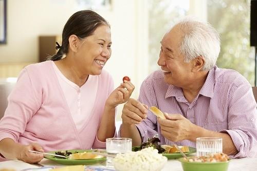 Người cao tuổi cần bổ sung đầy đủ dinh dưỡng qua chế độ ăn uống hàng ngày nhằm tăng cường sức khỏe, phòng ngừa nguy cơ mắc viêm phổi