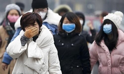 Để phòng viêm phế quản mạn tính cần tránh hít phải khói bụi, sử dụng khẩu trang khi ra ngoài đường, tới những nơi đông người