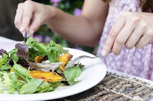 MayoClinic.com gợi ý ăn một chế độ ăn uống giàu trái cây và rau quả để bổ sung chất chống oxy hóa tự nhiên cho cơ thể, giúp phục hồi những tổn thương đồng thời ngăn chặn độc tố tấn công các cơ quan khác.