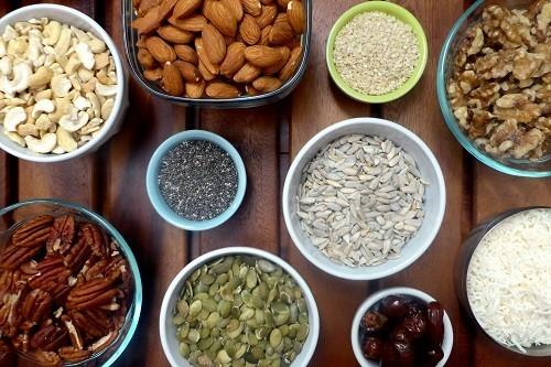 Nguồn cung cấp vitamin E hàng đầu từ thực phẩm bao gồm dầu mầm lúa mì, quả hạnh, bơ hạnh nhân, hạt hướng dương, dầu hướng dương và dầu cây rum.