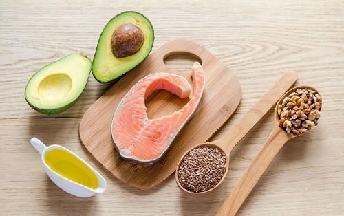 Cá hồi, cá ngừ và các loại hạt đều chứa một số lượng đáng kể các axit béo omega - 3.
