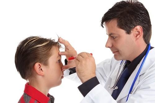 Chấn thương trực tiếp vào mắt cũng có thể gây sưng mí mắt.
