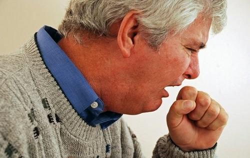 Khi phế quản bị giãn người bệnh thường bị ho: ho dai dẳng, khạc đờm mủ hàng ngày