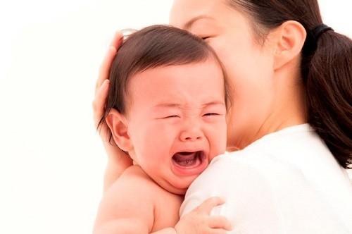 Ở giai đoạn nặng, triệu chứng viêm phế quản phổi thường thấy ở trẻ là khó thở, tím tái, quấy khóc