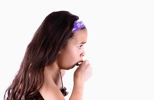 Bệnh thường gây ra triệu chứng ho, sốt, chảy nước mũi...ảnh hưởng tới sức khỏe của trẻ