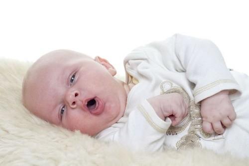 Trẻ bị viêm đường hô hấp cấp có thể là do nhiễm virus, vi khuẩn hoặc do sinh non, suy dinh dưỡng