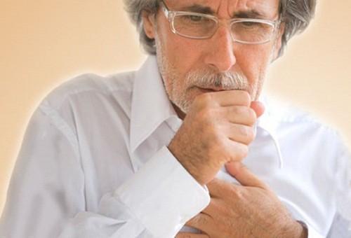 Người cao tuổi bị viêm phế quản thường có biểu hiện là ho và khạc ra đờm vào buổi sáng.