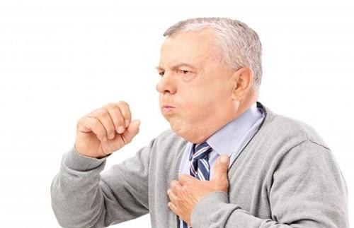 Viêm phổi ở người cao tuổi thường không rầm rộ, người bệnh hơi tăng nhiệt độ và ho ít