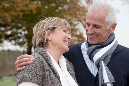 Người cao tuổi cần giữ ấm cơ thể khi thời tiết chuyển mùa để phòng tránh nguy cơ mắc bệnh viêm phổi