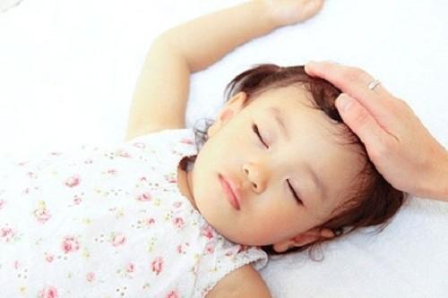 Cha mẹ cần đưa trẻ đi khám khi có dấu hiệu viêm phổi như ho, sốt, ngủ li bì...