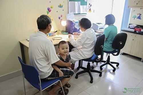 Cha mẹ cần đưa bé đi khám và điều trị càng sớm càng tốt khi thấy dấu hiệu bệnh (ảnh minh họa)
