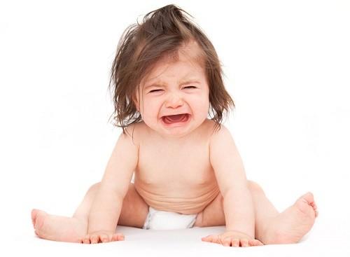 Bệnh viêm phổi thùy ở trẻ em thường khiến trẻ bỏ ăn, quấy khóc, sốt, nôn mửa...ảnh hưởng tới sức khỏe