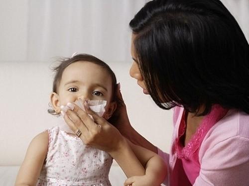 Cha mẹ cần chú ý chăm sóc trẻ chu đáo hàng ngày để cải thiện sớm bệnh