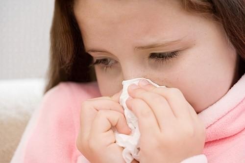 Trẻ bị viêm tiểu phế quản thường có biểu hiện ho, chảy nước mũi trong, sốt vừa hoặc cao...ảnh hưởng tới sức khỏe