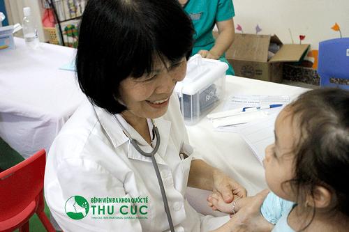 Cha mẹ cần đưa trẻ đi khám để bác sĩ chẩn đoán và tư vấn phương pháp điều trị bệnh hiệu quả