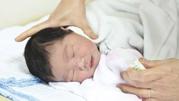 Sổ mũi, ngạt mũi ở trẻ thường gây khó ngủ, hay quấy khóc, vì thế trước khi trẻ ngủ, mẹ hãy lấy khăn ấm đặt vào 2 bên tai cho trẻ chừng 10 – 15 phút. Nó sẽ giúp trẻ ngủ ngon hơn, giảm sổ mũi, ngạt mũi.