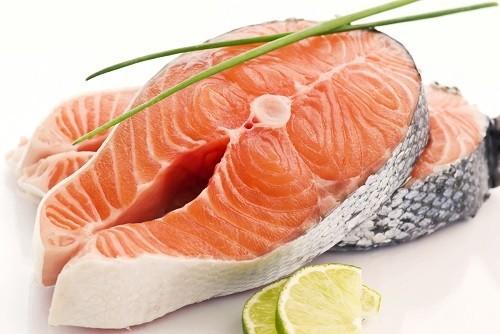 Nhiều loại cá béo  như cá hồi, cá ngừ hoặc cá ngòi... rất giàu axit béo omega - 3.