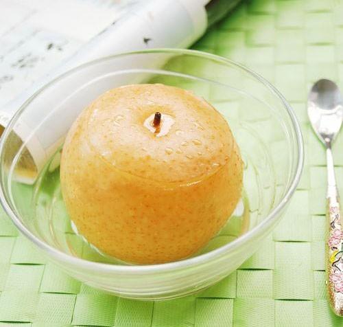 Lê tươi 1 quả, rửa sạch cả vỏ thái nhuyễn, cho vào bát thêm đường phèn để hấp dùng.