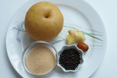 Lê tươi 1 quả, rửa sạch, phần trên cắt đứt, bỏ hột, nhét vào 10 hạt tiêu sọ, dùng que tăm xâu lại sau đó cho vào nồi thêm nước chưng cách thủy để dùng.