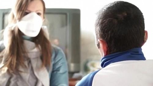 Để phòng lây nhiễm viêm phổi, khi chăm sóc bệnh nhân viêm phổi cần đeo khẩu trang, vệ sinh tay sạch sẽ sau khi tiếp xúc
