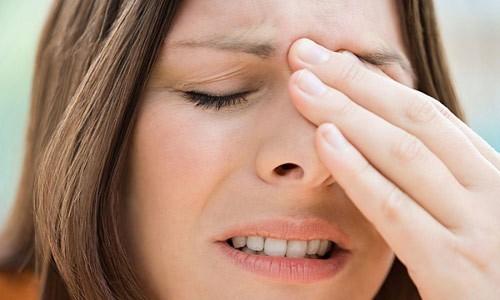 Viêm xoang là hiện tượng các xoang thường bị sưng, phù nề, cản trở sự thoát dịch, gây ra ứ đọng dịch khiến việc thở bằng mũi trở nên khó khăn.