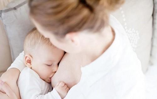 Cần cho trẻ bú sữa mẹ hoàn toàn trong những năm đầu đời nhằm tăng cường hệ miễn dịch, đẩy lùi bệnh