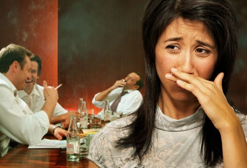 Cần tránh hít phải khói thuốc, đeo khẩu trang khi ra đường sẽ giúp cải thiện tình trạng viêm phế quản