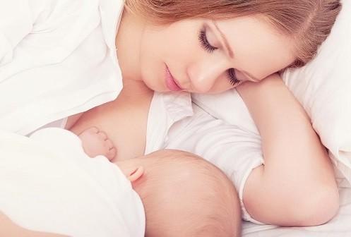 Tích cực cho trẻ bú sữa mẹ tới 2 tuổi để tăng sức đề kháng chống lại virut gây viêm đường hô hấp