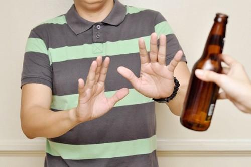 Người bệnh nên kiêng rượu bia, thuốc lá...trong khi điều trị viêm phế quản mạn tính