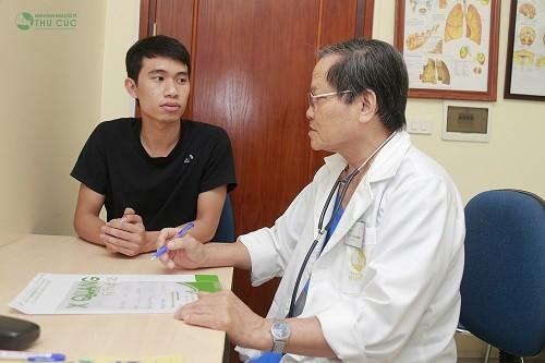 GS.TS. Trần Văn Sáng - Bệnh viện Thu Cúc đang tư vấn hỗ trợ điều trị bệnh cho khách hàng