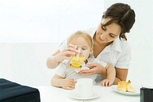 Bên cạnh việc dùng thuốc, cha mẹ nên có chế độ chăm sóc trẻ hàng ngày, dinh dưỡng phù hợp nhằm cải thiện sớm bệnh