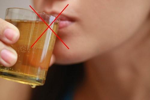 Trong chế độ dinh dưỡng, người bệnh cần tránh rượu bia, đồ uống có ga...không tốt cho sức khỏe và tình trạng bệnh
